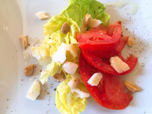 トマトとアーモンドのサラダ